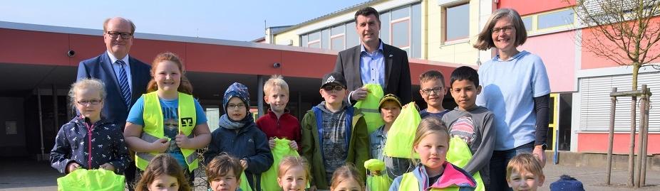 Volksbank spendiert allen 350 Sälzer-Grundschülern ein neongelbes Sicherheits-Set